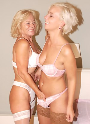 Free Lesbian MILF Porn Pictures