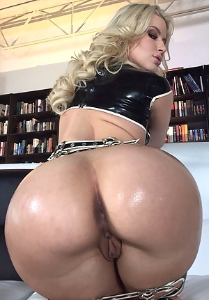Free Bubble Butt MILF Porn Pictures